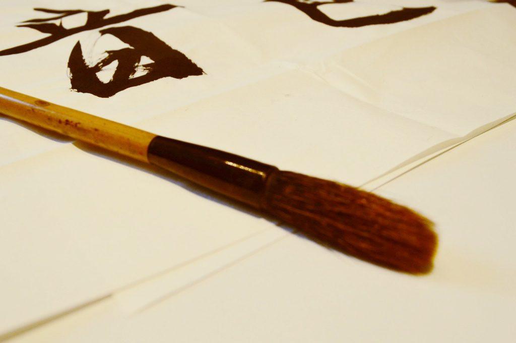欠かせないのが筆のケア。動物の毛でできている筆は、シャンプーとリンスで洗います。髪と同様、リンスは残らないようしっかり落とすのがポイントです。